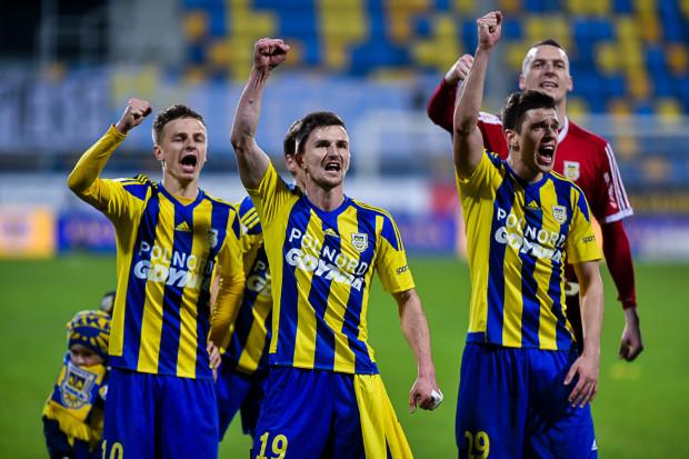 Piłkarze Arki po zwycięstwie nad GKS Bełchatów. Od lewej: Mateusz Szwoch, Miroslav Bożok, Michał Marcjanik i Konrad Jałocha.