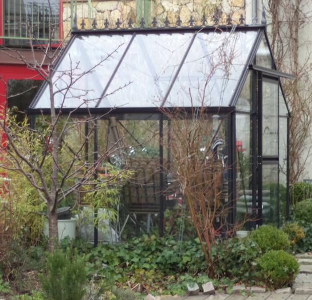 Szklarnia o powierzchni trzech-czterech metrów kwadratowych nie zajmuje wiele miejsca w ogrodzie, a pozwala na uprawę zdrowych nowalijek czy własnych pomidorów.
