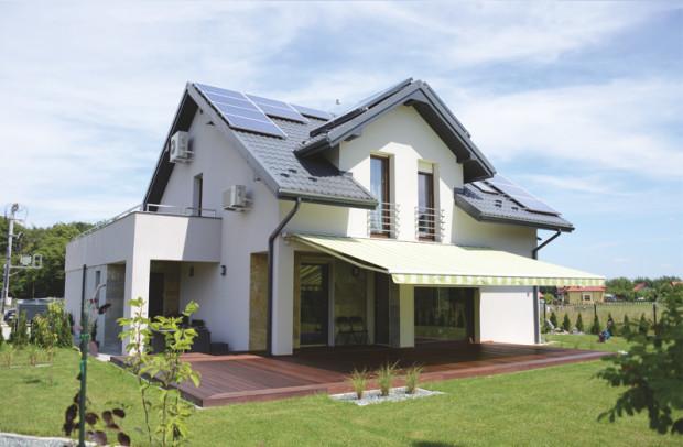 Instalację fotowoltaiczną najczęściej montuje się na dachu, ale można też zrobić to na posesji przy domu lub na elewacji.