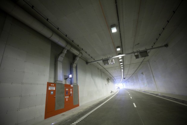 W tunelu co 120 metrów znajdują się punkty alarmowe SOS, z których w razie awarii lub innego zdarzenia można wezwać pomoc.