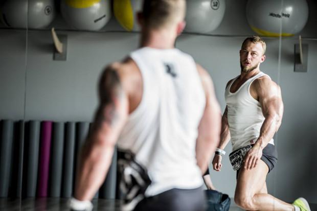 Rafał Kocząb jest trenerem personalnym i aktywnym zawodnikiem w kulturystyce klasycznej. Jak przyznaje, ćwiczenia z rollerem korzystnie wpływają także na reprezentantów sportów sylwetkowych.