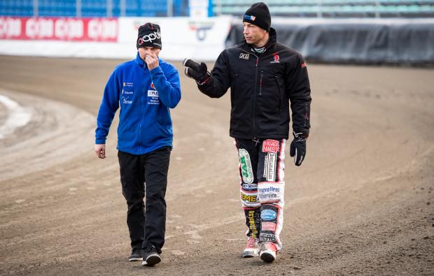 Magnus Zetterstroem (z prawej) przekonuje, że sama znajomość toru żużlowego i przygotowanie go pod preferencje miejscowej drużyny nie są dla niej gwarantem zwycięstwa. Składowych sukcesu zdaniem Szweda jest znacznie więcej.