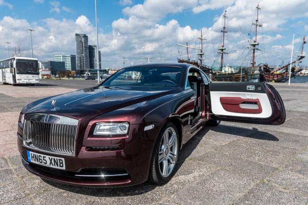 Piekielnie szybki Rolls-Royce Wraith w gdyńskiej scenerii.
