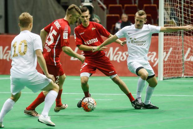 W takiej liczbie jak w Poznaniu młodzi piłkarze mogli wcześniej wykazać się tylko w turnieju halowym Amber Cup. Tam obok siebie zagrali m.in. Adam Chrzanowski (nr 25) i Lukas Haraslin (17). W meczu z Lechem pierwszy zmienił drugiego na lewej obronie.