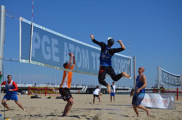 Podczas turnieju siatkówki plażowej nie brakowało efektownych ataków.