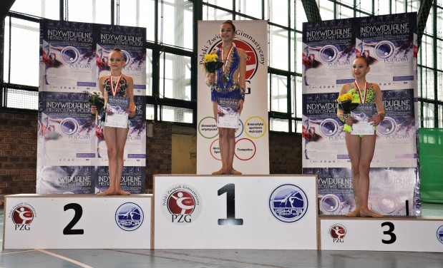 Gimnastyczki artystyczne SMS Gdynia zdobyły 22 medale w mistrzostwach Polski w kategoriach od juniorek do seniorek.