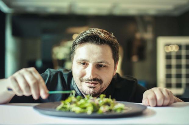 - W chwili obecnej koncentruję się na dzikich ziołach. Kiedy ich próbuję od razu wiem, z czym bym je połączył - mówi Marcin Leszczyński, szef kuchni restauracji Projekt 36.