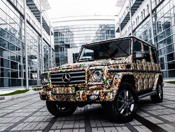 """""""To jedna z najbardziej ekstrawaganckich realizacji jakie wykonaliśmy. Auto zostało oklejone dla naszego stałego klienta, któremu od wielu lat zabezpieczamy limuzyny i auta sportowe. Tym razem musieliśmy wykonać projekt odpowiadający wzorowi na ubraniach, w których ze znajomymi udaje się na polowania. Mercedes służy wyłącznie do wyjazdów na polowania. Folię stworzyliśmy od podstaw, szykując projekt wzoru, zadrukowując folię i laminując ją na matowo"""" - zdradza Zawisza."""