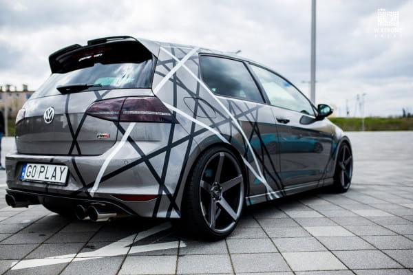 Nieregularne paski na VW Golfie VII R400. Ciekawa stylizacja.