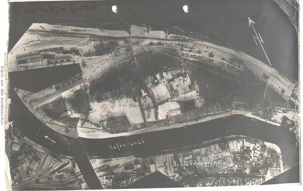 Fotomapa Westerplatte. Na odbitce czerwonym kolorem zaznaczono m.in. wartownie, Nowe Koszary, Elektrownię oraz strzelnicę.