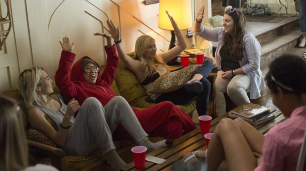 Miejsce imprezowych chłopaków tym razem zajmują dziewczyny, które podobnie jak poprzedni rezydenci domu, wchodzą w konflikt ze spokojnymi na ogół sąsiadami.