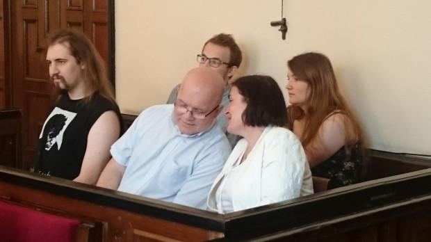 Rodzina Anny Kołakowskiej - w dolnym rzędzie od lewej jej syn, mąż i ona sama, w prawym górnym rogu jej córka, a obok niej jeszcze jeden mężczyzna, który również odpowiada za zakłócanie Marszu Równości - przed sądem. Wszyscy zgodzili się na publikację wizerunku.