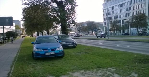 Przy Olivia Business Centre kierowcy parkują gdzie popadnie, tłumacząc się brakiem miejsc na parkingu.