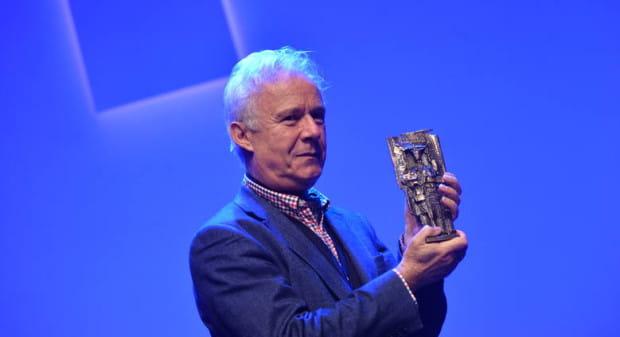 Prof. Jerzy Limon trzyma w dłoniach statuetkę Człowieka Roku 2015, przyznawaną przez redakcję Dziennika Bałtyckiego.