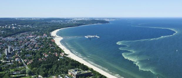 Podniesienie poziomu mórz i oceanów nie zmieniłoby zbytnio wybrzeża Sopotu. Pod wodą znalazłyby się jedynie widoczne na zdjęciu molo i fragmenty piaszczystej plaży.
