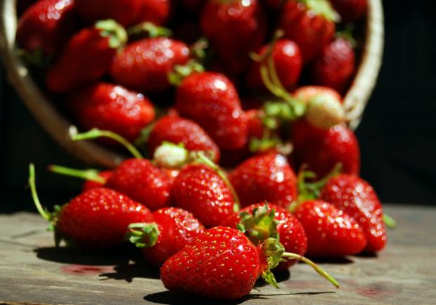 Truskawki nie znoszą moczenia w wodzie. Najlepiej przepłukać je tuż przed jedzeniem. wtedy też usunąć szypułki. Oberwane wcześniej mogą prowadzić do szybszego psucia się owoców.