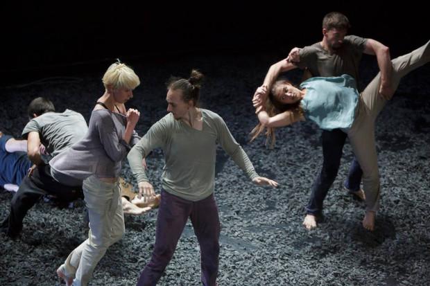 """""""Hinoki"""" w choreografii Máté Mészárosa zaimponował doskonałym przygotowaniem fizycznym, współpracą i umiejętnościami akrobatycznymi węgierskich tancerzy."""
