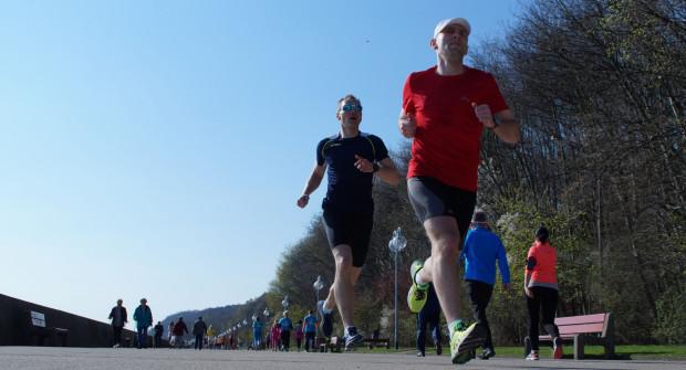 Organizowane co weekend w Gdyni imprezy z cyklu Parkrun cieszą się dużą popularnością. Uczestnicy biegną jednak po betonie.