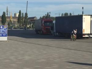 Ciężarówki parkujące na torze rolkarskim przy stadionie w Letnicy.