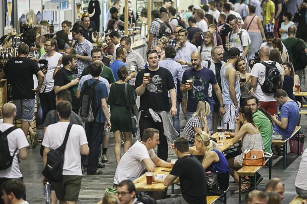 Przez festiwal Hevelka pierwsze dnia przewinęły się setki osób. Miejsc siedzących przy stołach jest dla niemalże tysiąca.