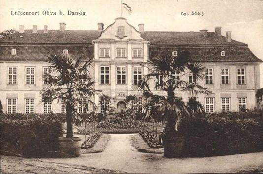 Budynek Pałacu Opatów, zwanego wówczas Zamkiem Królewskim, na pocztówce z ok. 1900 roku.