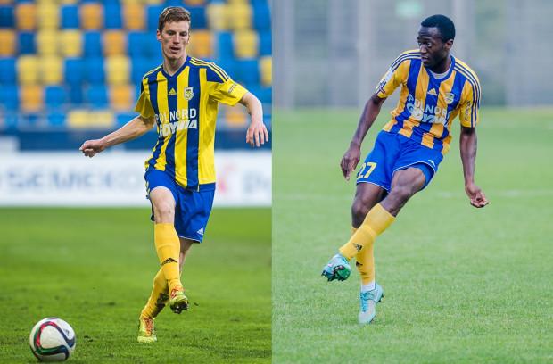 Tadeusz Socha (Z lewej) oraz Rashid Yussuff (z prawej) awansowali z Arką do ekstraklasy. Tuż przed wygaśnięciem dotychczasowych kontaktów podpisali nowe umowy.