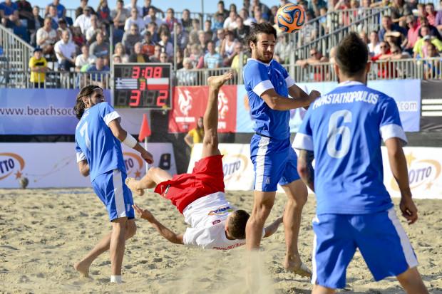 Beachsoccer to nie tylko niezwykle efektowna odmiana gry w piłkę nożną, ale i znakomita okazja do podniesienia umiejętności technicznych. Na zdjęciu popisowa przewrotka Pawła Friszkemuta.