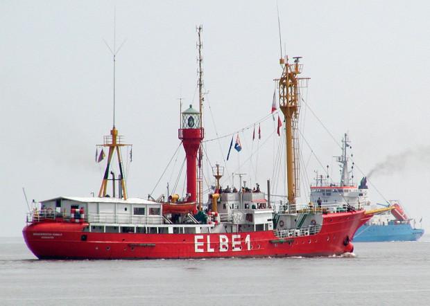 Niemiecki latarniowiec Burgemeister Osvald Elbe 1 cumuje przy kapitanacie portu w Nowym Porcie.