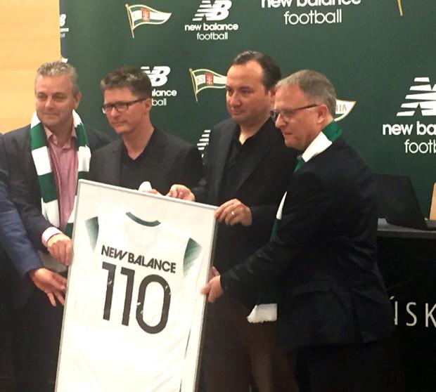 Adam Mandziara (drugi z prawej) czeka na rozwój sytuacji na rynku transferowym i wnioski personalne trenera Piotra Nowaka po zgrupowaniu w Gniewinie.