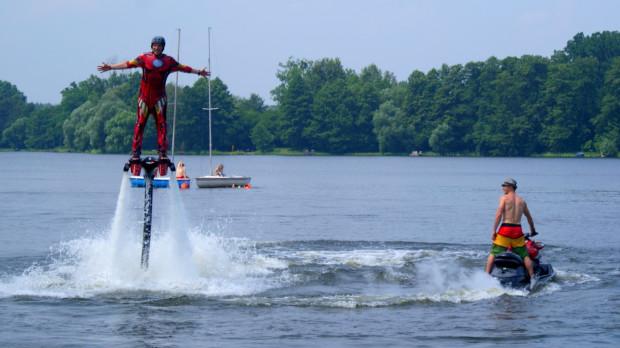 Flyboard napędzany jest przez skuter i pozwala unieść się nad wodę nawet na wysokość około 15 metrów.