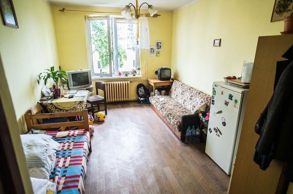 Pokój, w którym mieszka z synem Michałem ma 17 m kw.
