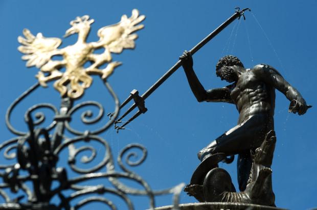 Nikogo chyba nie zdziwi, że rzymski bóg mórz i oceanów, wieńczący najsłynniejszą fontannę w Gdańsku, nie uległ zatopieniu podczas powodzi w kwietniu 1829 roku. Linia wody przebiegała tuż poniżej czubka cokołu, na którym stoi Neptun.