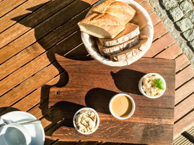 Domowe pasty śniadaniowe z wypiekanym na miejscu pieczywem w lokalu Marmolada, Chleb i Kawa.