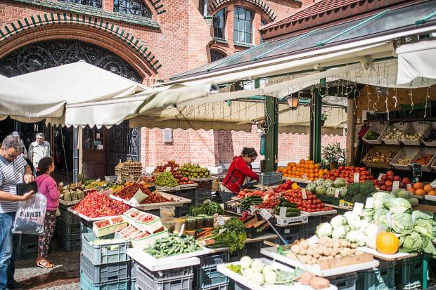 Zdaniem gdańskich urzędników, promowanie miasta wyłącznie poprzez zabytki, muzea, atrakcje turystyczne czy sztukę jest dziś niewystarczające. Aby przyciągnąć turystów i zachęcić ich do częstych powrotów,  należy przekonać ich do siebie również kulinarnie. Na zdj. gdańska Hala Targowa.