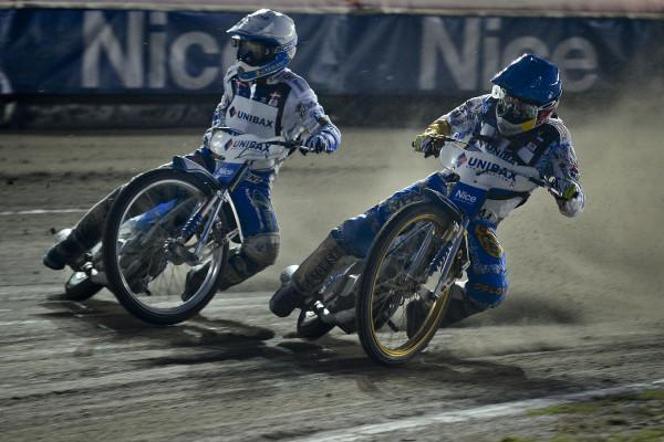 Zdaniem Tomasza Lorka fenomen polskiego kibica żużlowego polega na tym, że lokalna rywalizacja drużynowa jest dla niego o wiele ważniejsza od mistrzostw świata. Na zdjęciu Nicki Pedersen i Emil Sajfutdinow.