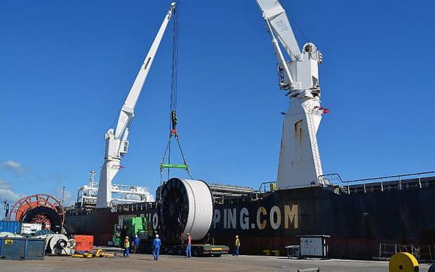 """Przy nabrzeżu Lotos Petrobaltic zacumował statek """"Thorco Amber"""", który przypłynął z 21 rolkami rurociągu. Była to ostatnia partia tego ładunku z 53 rolek zakupionych przez spółkę w firmie Tenaris w Houston."""