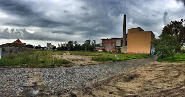 Teren po wyburzonym zakładzie Elmor przy ul. Wiosny Ludów. To tutaj będą prowadzone w dalekiej przyszłości prace budowlane przy tunelu pod Motławą.