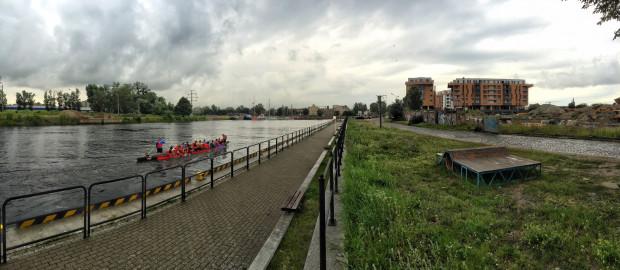 Miejsce przejścia tunelu pod rzeką Motławą. W oddali po prawej kompleks budynków Brabank.