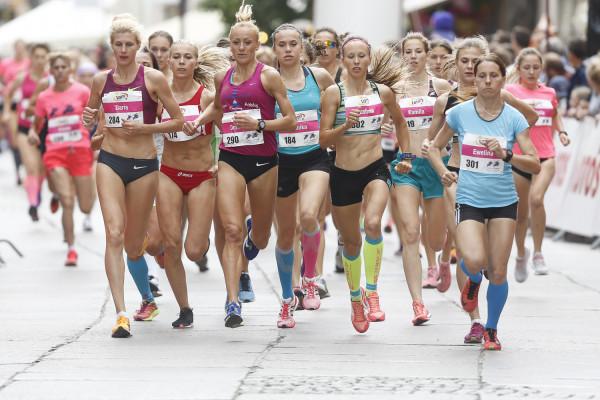 Z kilometra na kilometr czołówka biegu kobiet topniała. Wygrała Daria Mychalinowa (nr 284) przed Dominiką Nowakowską (290).
