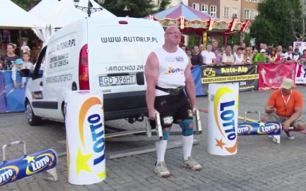 Jedną z konkurencji Pucharu Polski jest martwy ciąg na aucie, czyli podnoszenie platformy, na której stoi samochód.