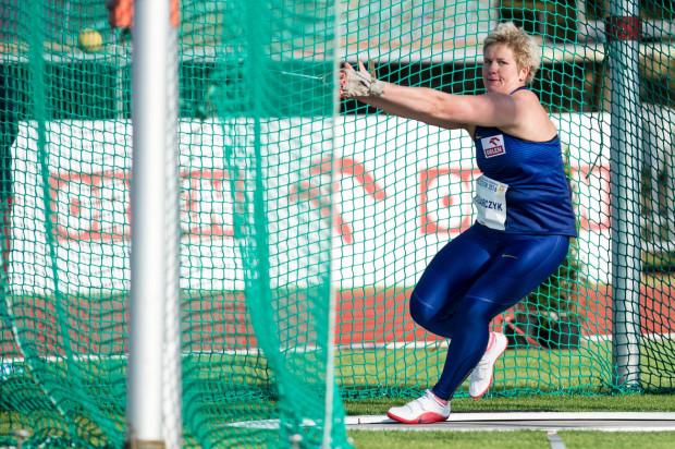 Nowa mistrzyni olimpijska w rzucie młotem - Anita Włodarczyk najpierw pobiła w drugiej próbie rekord imprezy, aby już w trzeciej sięgnąć po rekord świata.