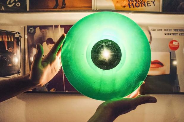 Zielona płyta winylowa - często limitowane wersje albumów wydawane są na kolorowych płytach, w odróżnieniu od standardowego nakładu na czarnym krążku. Zdjęcie wykonane zostało w Winylowni Sopot.