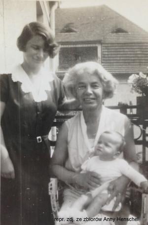 Na balkonie w sopockim domu: babcie Ilse z wnuczką Anną oraz mama Hertha.