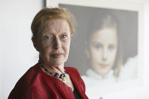 Beata Tyszkiewicz na tle jednego ze zdjęć swojego autorstwa.  Wystawa fotografii - na których aktorka uwieczniała dzieciństwo córek - zaprezentowana została w ramach targów Ambermart.