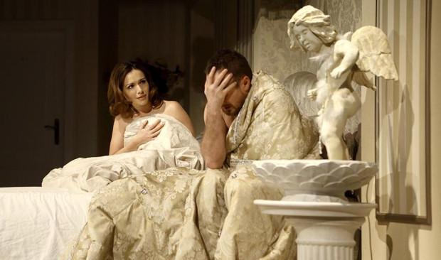"""Pobudka w towarzystwie nagiej, pięknej nieznajomej po wieczorze kawalerskim nie wróży nic dobrego, ale z pewnością prowadzić będzie do wielu zabawnych sytuacji w komedii """"Ślub doskonały"""", granej 10 października w Teatrze Muzycznym w Gdyni."""