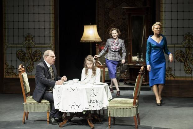 """""""Ich czworo"""" Teatru Polonia to opowieść o rozkładzie rodziny, sportretowanej w ostatnim jej stadium pod okiem Jerzego Stuhra, występującego w podwójnej roli - reżysera i aktora. Spektakl zobaczyć można 18 października w Teatrze Muzycznym."""