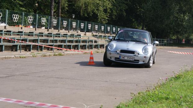 Podczas próby szybkościowej panie we własnych samochodach wykręcają jak najlepsze czasy.