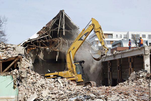 Prace rozbiórkowe budynku kina, które zostały przeprowadzone wiosną 2013 roku.