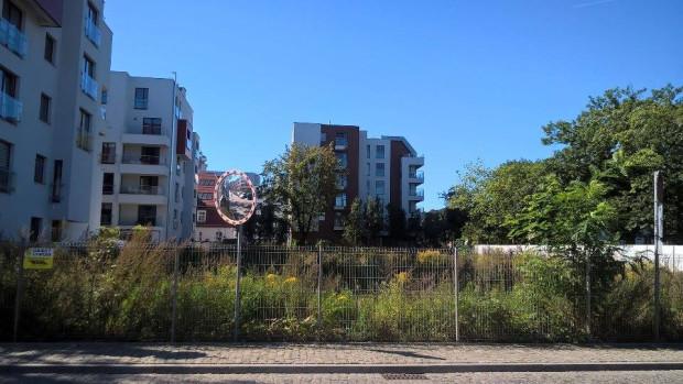 Tak dzisiaj wygląda teren, na którym ma stanąć nowy obiekt. W tle widoczne budynki osiedla Garnizon.