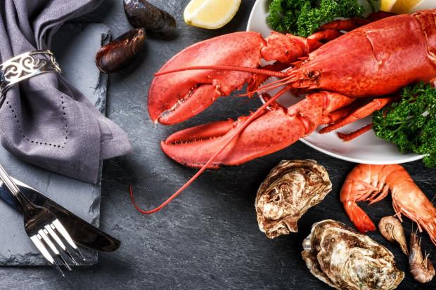 Homar - potrafi zachwycić smakiem, ale też zaskoczyć ceną. Za okazy wyłowione z homarium na życzenie klienta w niektórych restauracjach trzeba zapłacić ponad 200 zł i więcej.